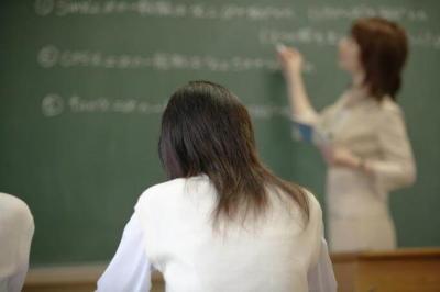 合格を目指して授業を受ける